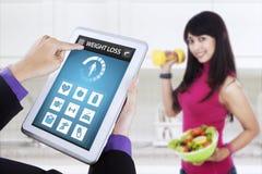 Ciężar strata app i zdrowa kobieta trzymamy sałatki Zdjęcie Royalty Free