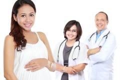 Ciężarna azjatykcia kobiety pozycja przed jej lekarką Zdjęcie Royalty Free