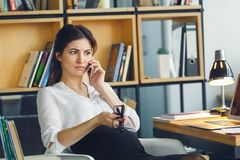 Ciężarna biznesowa kobieta pracuje przy biurowego macierzyństwa siedzącą rozmową telefoniczną fotografia royalty free