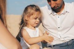 Ciężarna caucasian matka nalewa piasek w ręki jej córka Ręki matka i dziecko Bawić się z obrazy royalty free