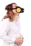 Ciężarna cierpienie kobieta, respirator i trzymamy brzucha obraz stock