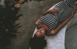 Ciężarna czarna dziewczyna kłaść blisko stawu Obraz Royalty Free