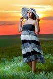 Ciężarna dziewczyna na natury niebie Zdjęcie Royalty Free