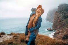 Ciężarna dziewczyna podróżuje w górach, podróżomania obrazy royalty free