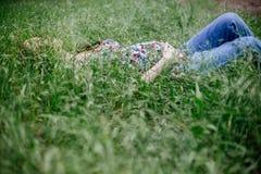 Ciężarna dziewczyna w trawie zdjęcie royalty free