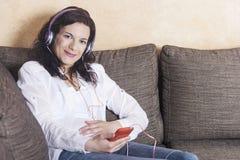 ciężarna kobieta słuchająca muzyka zdjęcie royalty free