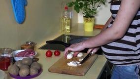Ciężarna kobieta wręcza rozcięcie mistrza w na pokładzie kuchni zbiory wideo