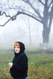 Ciężarna młoda kobieta w lesie Fotografia Royalty Free