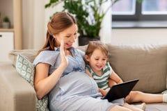 Ciężarna matka i córka ma wideo gadkę obrazy stock