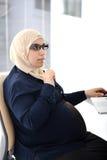 Ciężarna Muzułmańska Arabska biznesowa kobieta zdjęcia royalty free