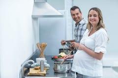 Ciężarna para w kuchni Zdjęcia Stock