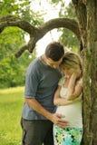Ciężarna para w miłości zdjęcia stock