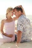 Ciężarna para w miłości na plaży fotografia stock