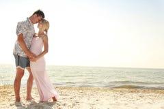 Ciężarna para w miłości na plaży zdjęcia stock