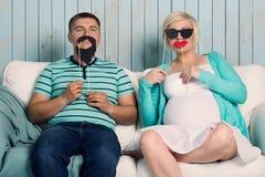 Ciężarna para z fałszywymi wąsami Fotografia Royalty Free