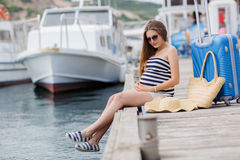 Ciężarna piękna kobieta na molu przy morzem Obrazy Royalty Free