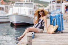 Ciężarna piękna kobieta na molu przy morzem Zdjęcie Royalty Free