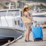 Ciężarna piękna kobieta na molu przy morzem Fotografia Stock
