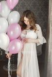 Ciężarna piękna kobieta z wiązką balony fotografia royalty free
