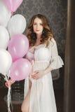 Ciężarna piękna kobieta z wiązką balony obrazy stock