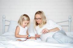 Ciężarna potomstwo matka z jej córką zdjęcia stock