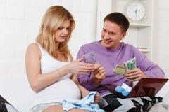 Ciężarna rodzina z pieniądze. Rodzinny budżet. Fotografia Stock
