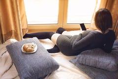 Ciężarna rudzielec kobieta używa smartphone Zdjęcia Royalty Free