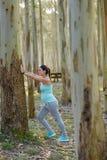 Ciężarna zdrowa kobieta na sprawność fizyczna plenerowym treningu rozciąga cal zdjęcie stock