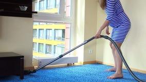 Ciężarnej żeńskiej żony próżniowy czysty pokój i siedzi na grzejniku relaksować zbiory wideo