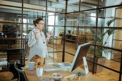 Ciężarny bizneswoman używa słuchawki mówi z lekarką fotografia stock