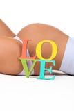 Ciężarny brzuch z szyldową miłością Pojęcie brzemienności i miłości kobieta w ciąży dziecko Zdjęcia Royalty Free