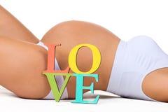 Ciężarny brzuch z szyldową miłością Pojęcie brzemienności i miłości kobieta w ciąży dziecko Zdjęcie Stock