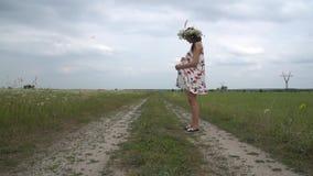 Ciężarny młodej kobiety odprowadzenie przez chamomile pola zdjęcie wideo