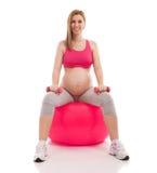 Ciężarny piękny kobiety ćwiczenie z piłką i dumbbells Obraz Royalty Free