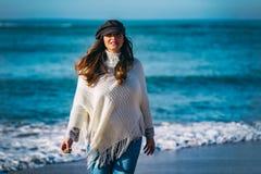 Ciężarny spacerować na plaży zdjęcie stock