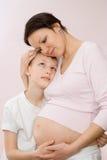 Ciężarny target655_1_ jej syna ciężarna matka Zdjęcie Stock