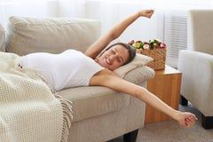 Ciężarny uśmiechnięty kobiety rozciąganie w łóżku po budził się Obrazy Stock