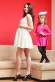 Ciężarny ubierający elegancko, córka jest ubranym świętokrąg Zdjęcie Royalty Free