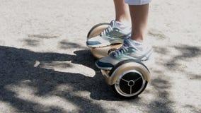 Ciężarny uczy się giro hulajnoga przejażdżkę zbiory wideo