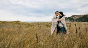 Ciężarny z mężem zakrywającym z koc fotografia royalty free
