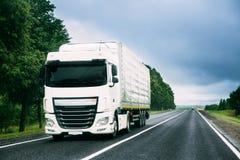 Ciężarowa Ciągnikowa jednostka, prima - wnioskodawca, trakci jednostka W ruchu Na drodze obrazy royalty free