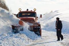Ciężarowa cleaning droga w zimie Obrazy Royalty Free