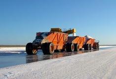 Ciężarowa odtransportowanie sól na fabryce obraz royalty free