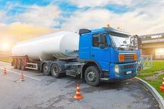 Ciężarowa paliwowa ciężarówka przed rozładowywać, z przyczepa zbiornikiem w parking przy benzynową stacją obraz royalty free