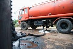 Ciężarowa przeniesienie ropa naftowa od zbiornika zdjęcie royalty free