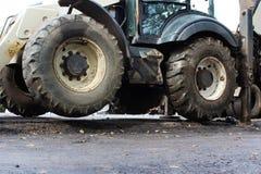 Ciężarowa silna odsadnia stabilizuje nogi przedłużyć Ciągnik na rozszerzonych odsadniach dla lepszy stabilności, kopie wiadro obraz royalty free