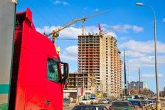 Ciężarowej taksówki czerwony kolor na tle budowa Zdjęcia Royalty Free