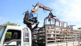 Ciężarowy żuraw niesie stal świstek w fabryce zbiory