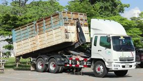 Ciężarowy żuraw niesie stal świstek w fabryce zbiory wideo