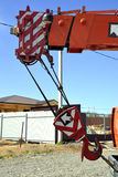 Ciężarowy żuraw z haczykiem na tle niebo Zdjęcia Stock